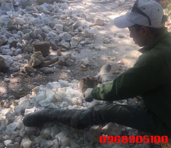 Thợ đập đá thạch anh vụn
